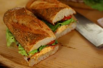 sandwich-cu-sunca-si-ou-2-560x373