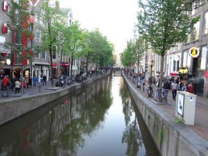 canal-amsterdam-cartier-rosu